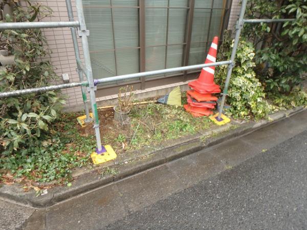 (2)建物右面仮設足場掛け