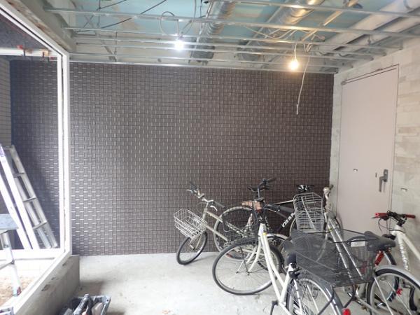 (3)自転車置場側タイル施工 (2)