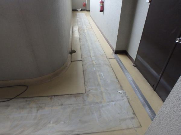 (3)廊下長尺シート撤去2