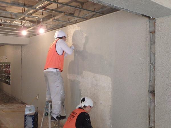 (8)エントランス壁塗装剥離