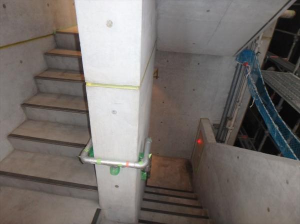 (9) 共用階段壁面塗装前養生1