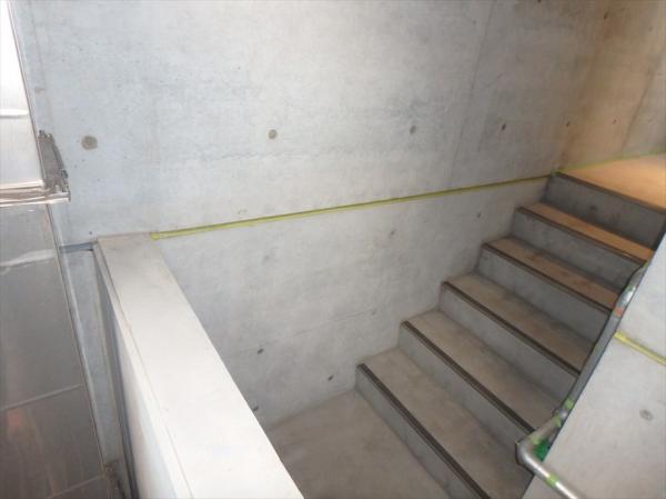 (10) 共用階段壁面塗装前養生2