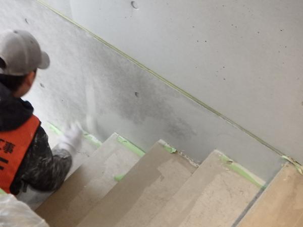 (1) 階段室塗装1