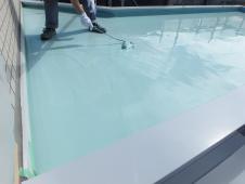 1.屋上ウレタン防水2層目塗装作業1