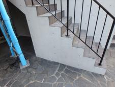 2.中庭廻り階段側面塗装