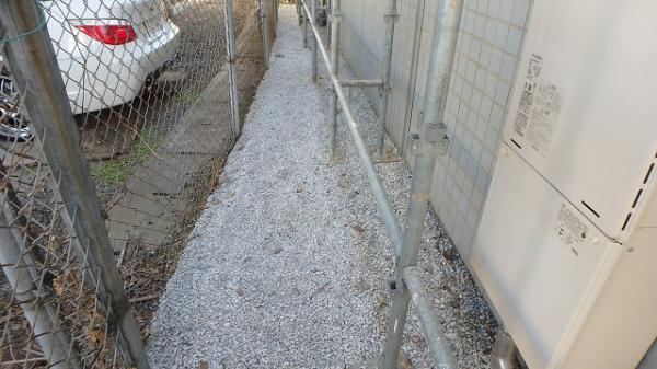 (4) 建物裏砂利敷き