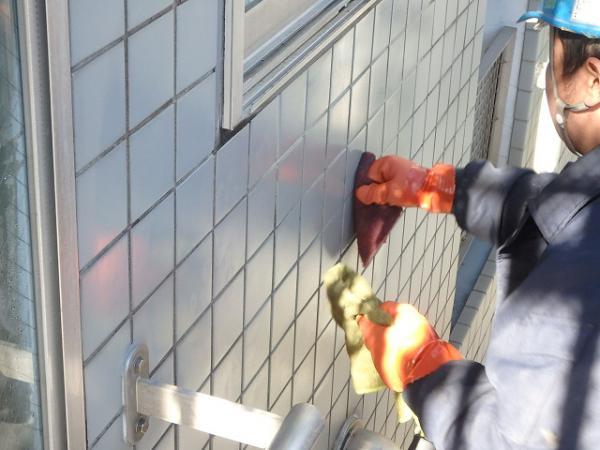 (4) 建物右側外壁タイル面薬品洗浄