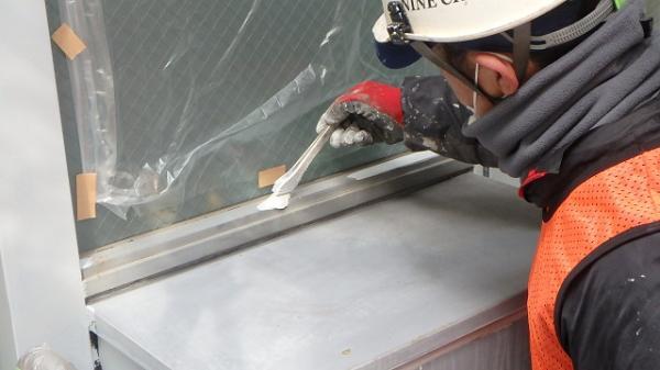(13) ベランダ窓枠錆止め塗装