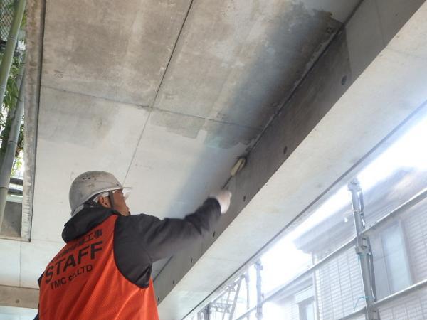 (11) 1階天井入隅 塗装前シーラー塗布