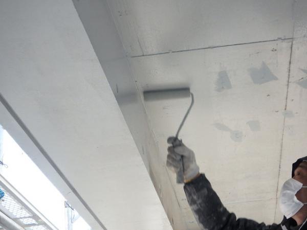 (9) 1階天井廻り塗装下塗り(2層目)1