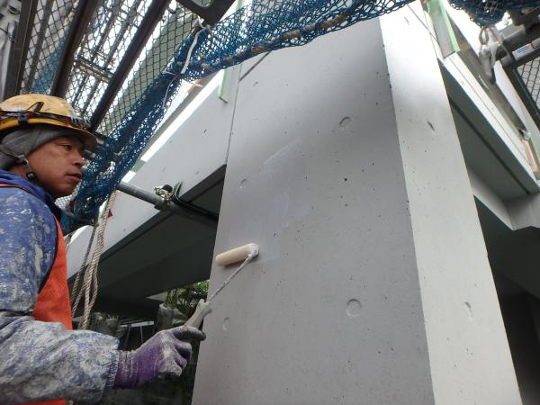(1) 1階柱面仕上げ塗装作業