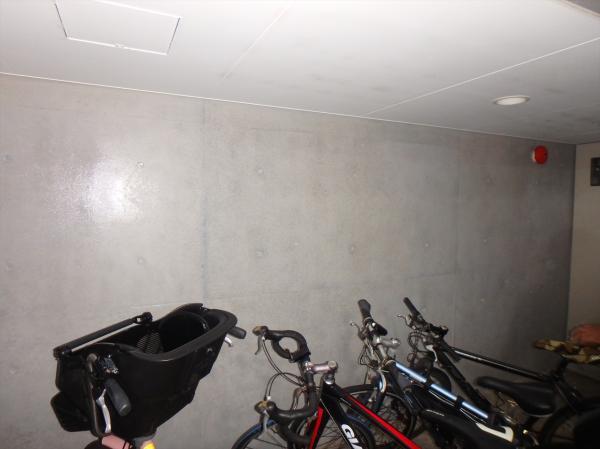 (9)駐輪場壁面塗装1