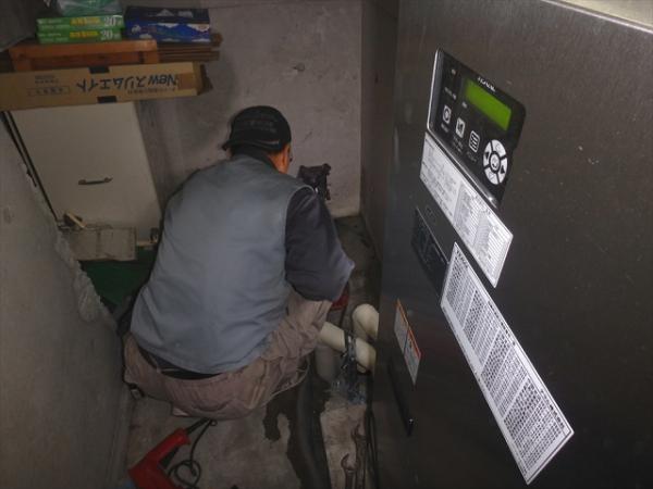 (4)階段吹抜け雨水管設置工事1
