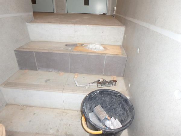 (7)共用部階段タイル施工1