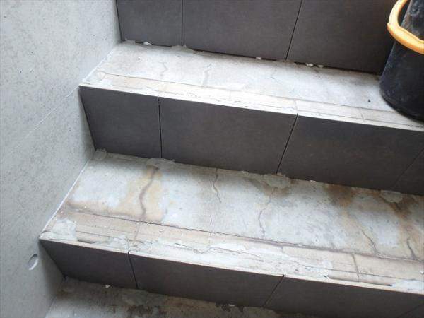 (8)共用部階段タイル施工2