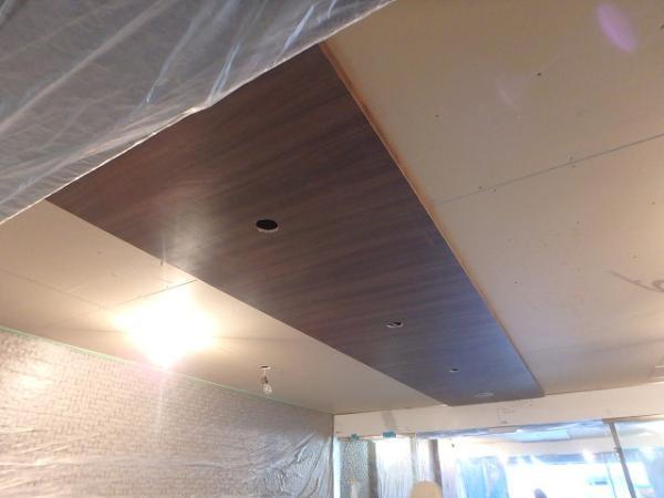 (1) エントランス天井シート貼り