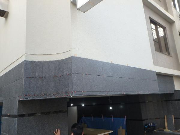 (10)エントランス壁石貼り3