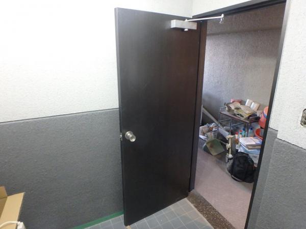 (11)トイレ扉シート貼り2
