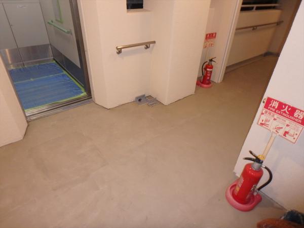 (12)3階エレベータ前床面段差調整1