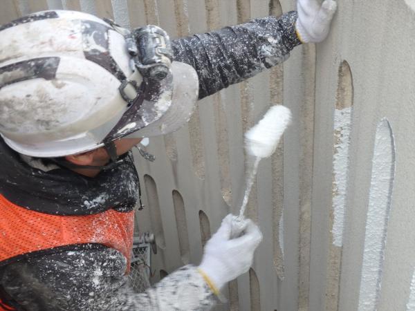 (13)南面外壁アーチ部分塗装作業1