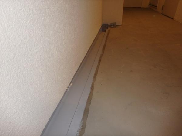 (15)3階廊下排水溝防水塗装