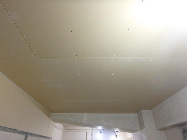 (4)男子トイレ天井ボード貼り1