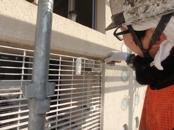 (7)南側正面鉄部金網塗装作業