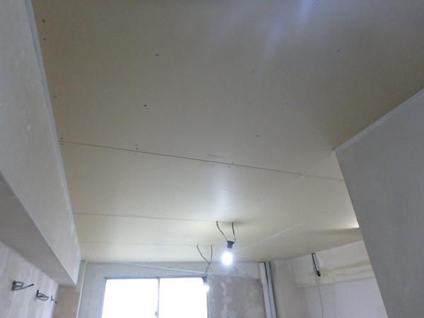 (8)女子トイレ天井ボード貼り