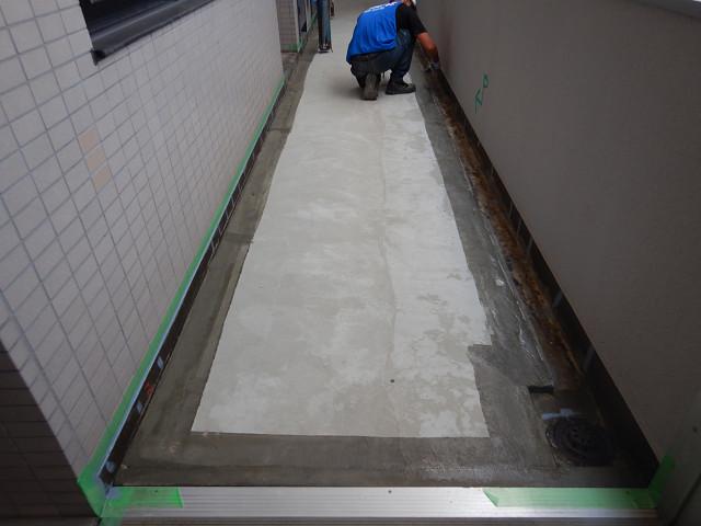12.廊下側溝プライマー塗布