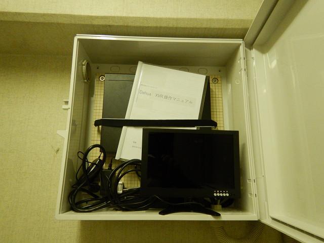 8.管理室内モニター、HDD収納