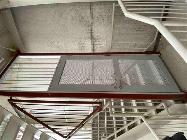 5.階段扉取付2